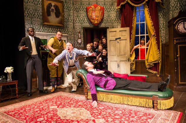연극 더 플레이 댓 고우즈 롱 (1) helenmurray The Play That Goes Wrong 2017 West End.jpg